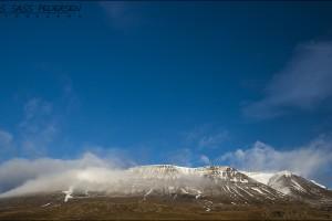 Sneklædte bjerge på Island. Exif er: 1/80, F/13, ISO 100, 23mm.