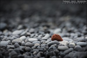 Ind i mellem støder man på nogle sjove ting når man går på stranden. Strandene er over det meste af Island sorte, og har en stor mængde smukke mørkegrå rullesten. Og pludselig støder man på en sten der bare ikke passer ind i mønstret. Og det er ikke fordi jeg har fritlagt den røde sten og lavet resten sort/hvid. Exif er: 1/160 sek, f/4, ISO 200, 200mm.