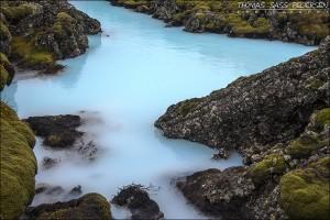Vandet ved den Blå Lagune er surrealistisk. Det passer slet ikke ind til det ellers så grove landskab og farven virker helt malplaceret. Men sådan er det nu en gang. Det påstås at være sundt, men jeg ved nu ikke. Fyldt med mineraler og vandet er faktisk spildevand fra et kraftværk. Sundt, vurder selv. Exif er: 1/60 sec, f/8, ISO 200, 42mm